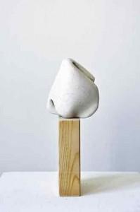 kleiobject op houten staander